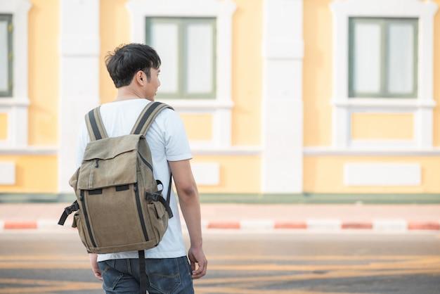 Podróżnik azjatycki mężczyzna podróżuje i chodzi w bangkok, tajlandia