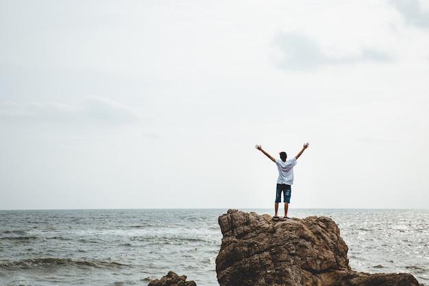 Podróżnik człowieka na klifie morza