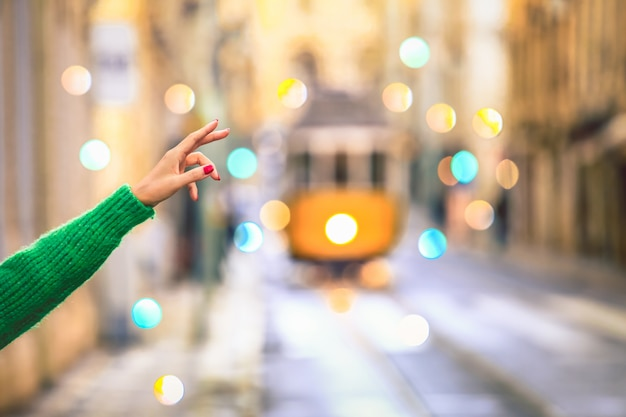 Podróżnik dzwoni jeden stary tramwaj w centrum lisbon, portugalia w rocznika stylu