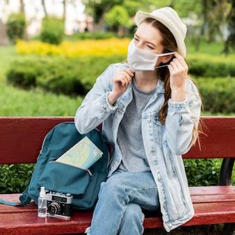 Podróżnik jest ubranym medyczną maskę i siedzi