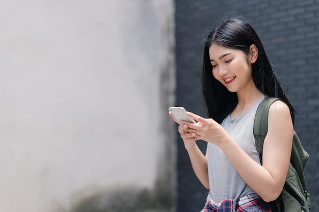 Podróżnik kobieta azji kierunek na mapie lokalizacji w pekinie, chiny