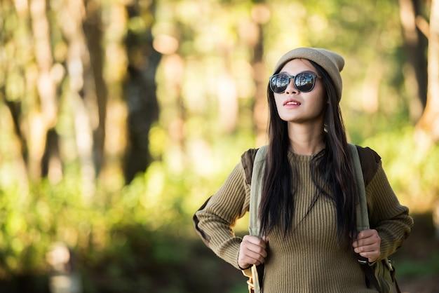 Podróżnik kobieta idzie sam w lesie