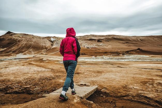 Podróżnik kobieta na islandii