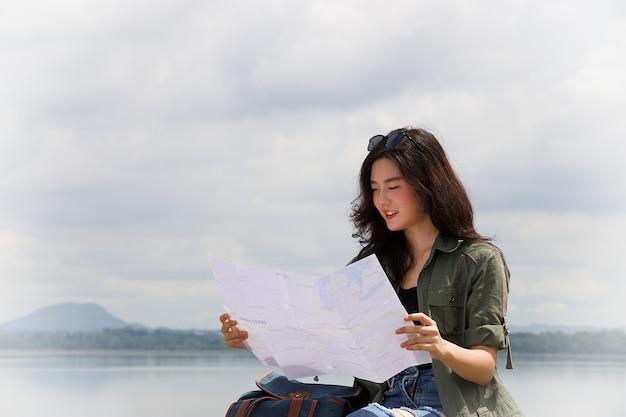 Podróżnik kobieta samotnie patrzy na mapę
