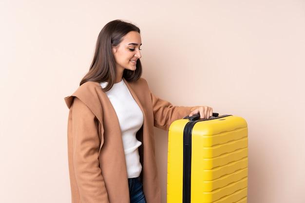 Podróżnik kobieta z walizką z szczęśliwym wyrażeniem