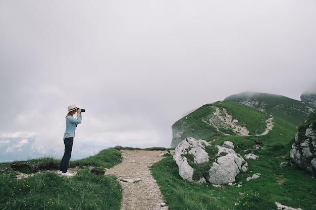 Podróżnik lub wędrowiec w górach
