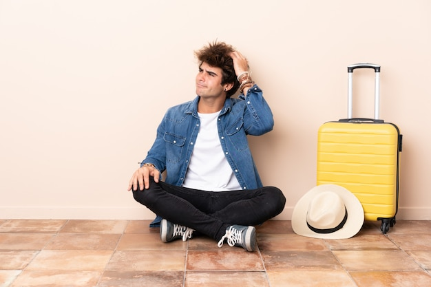 Podróżnik mężczyzna siedzi na podłodze