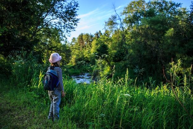 Podróżnik młoda dziewczyna z plecakiem, chodzenie na ścieżce w tropikalnym lesie