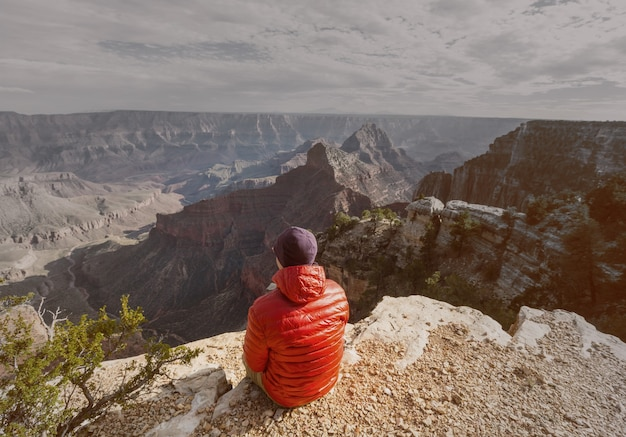 Podróżnik na klifowe góry nad park narodowy wielkiego kanionu, arizona, usa.inspiring emocji. podróż styl życia podróż sukces motywacja koncepcja przygoda wakacje odkryty koncepcja.