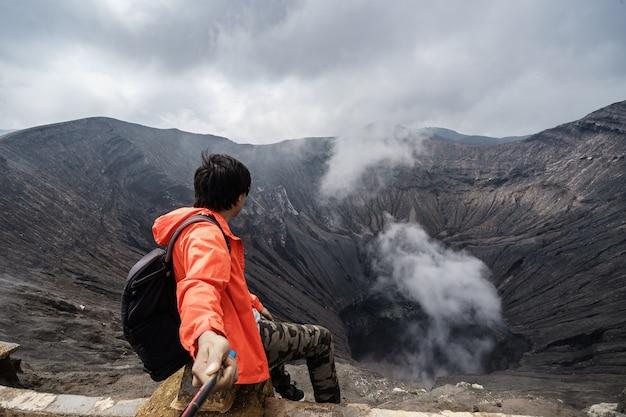 Podróżnik na kraterowym wulkanie w bromo (gunung bromo)
