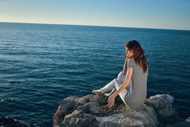 Podróżnik na plaży w górach błękitne morze i chmury widok z góry