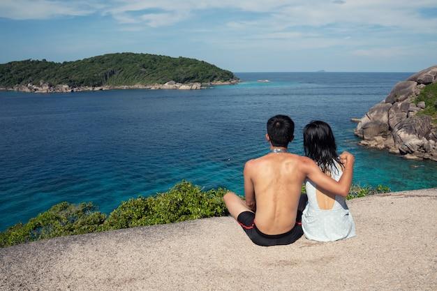 Podróżnik na sobie strój kąpielowy na wyspie similan phuket, tajlandia