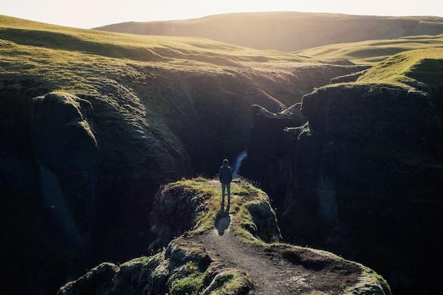 Podróżnik odkrywa nierówny krajobraz islandii