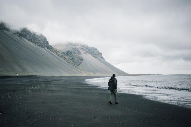 Podróżnik odkrywa surowe krajobrazy islandii