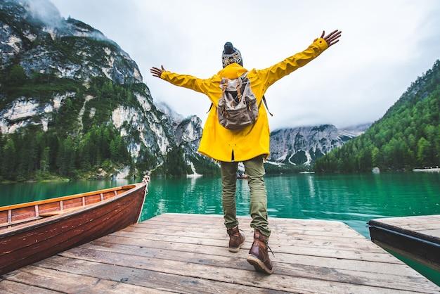Podróżnik odwiedzający alpejskie jezioro w braies we włoszech