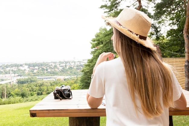 Podróżnik oglądający krajobraz od tyłu