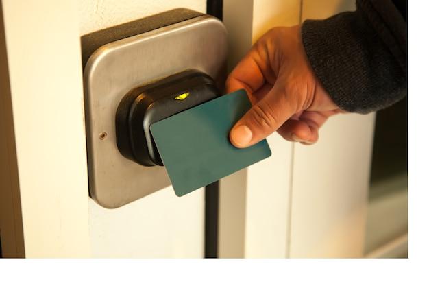 Podróżnik otwiera drzwi do pokoju hotelowego za pomocą plastikowej karty