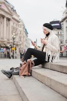 Podróżnik po londyńskim mieście z atmosferą jesieni