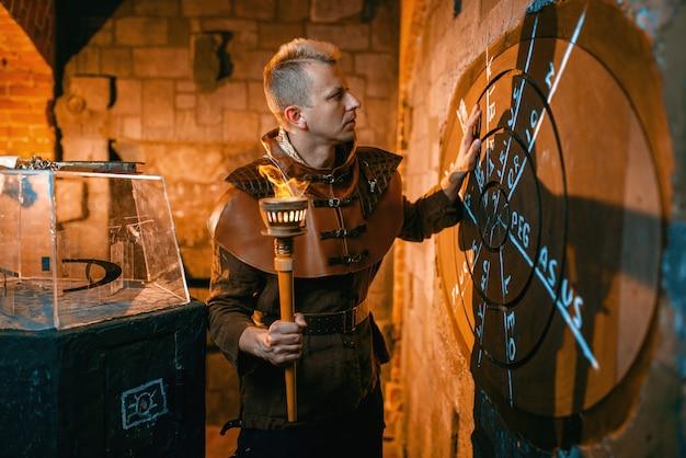 Podróżnik rozwiązujący starożytną zagadkę, rzutowanie mapy