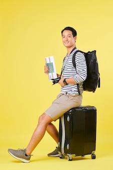 Podróżnik siedzący na walizce