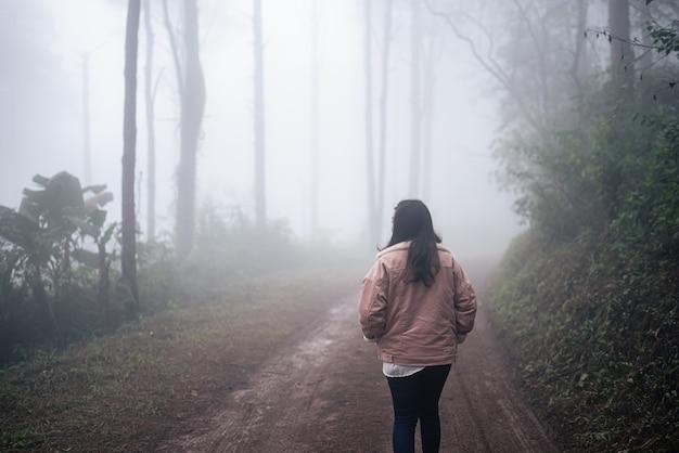 Podróżnik spacerujący po lesie, tył