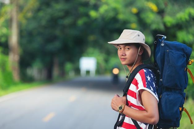 Podróżnik stojący na wiejskiej drodze