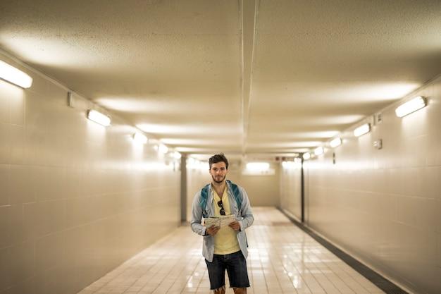Podróżnik w przejściu podziemnym przy dworcu kolejowym
