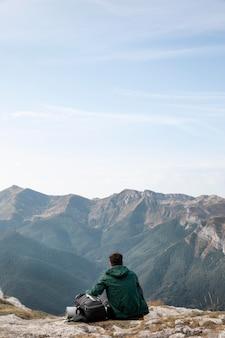 Podróżnik wędrujący po górach z niezbędnymi rzeczami w plecaku