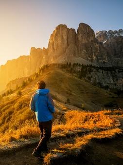 Podróżnik wędrujący zapierający dech w piersiach krajobraz dolomitu