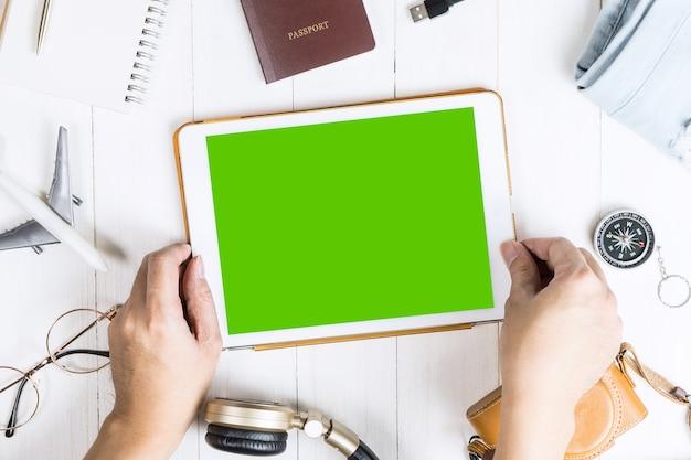 Podróżnik wybiera tablet z pustym ekranem do aplikacji mobilnej makiety