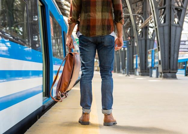 Podróżnik z bliska z plecakiem w metrze