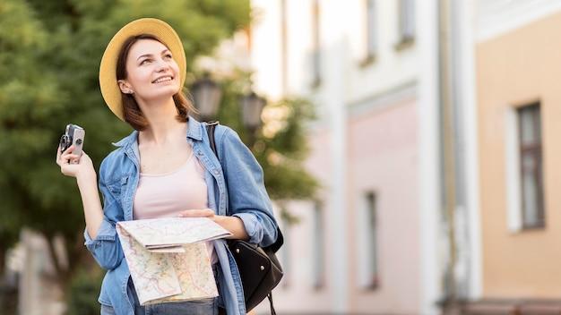 Podróżnik z kapeluszem i mapą cieszy się wakacje