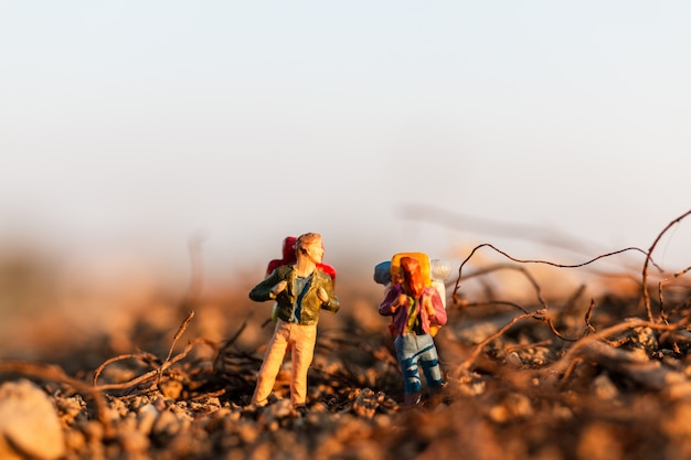 Podróżnik z plecakiem na wycieczki górskie. wycieczkujący mężczyzna z plecaka chodzić plenerowy