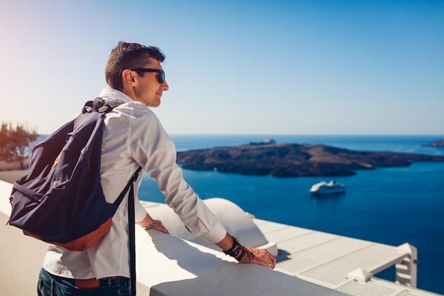Podróżnika mężczyzna cieszy się kaldera widok