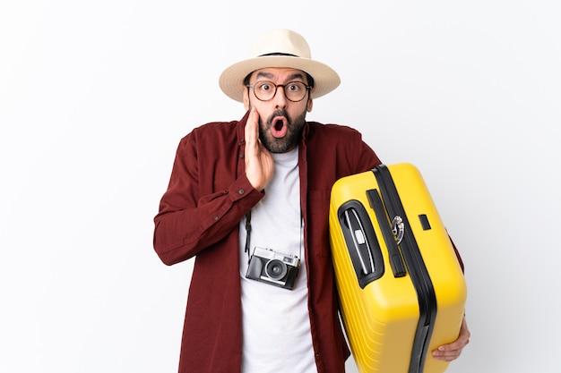 Podróżnika mężczyzna z walizką nad odosobnioną ścianą