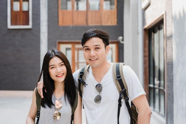 Podróżnika turysty azjatycka para czuje szczęśliwego podróżować w pekin, chiny