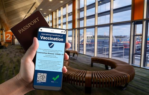 Podróżny posiada paszport szczepionkowy potwierdzający status szczepień przeciwko covid 19