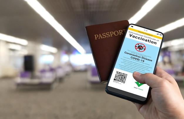Podróżny Posiada Paszport Szczepionkowy Potwierdzający Status Szczepień Przeciwko Covid 19 Premium Zdjęcia