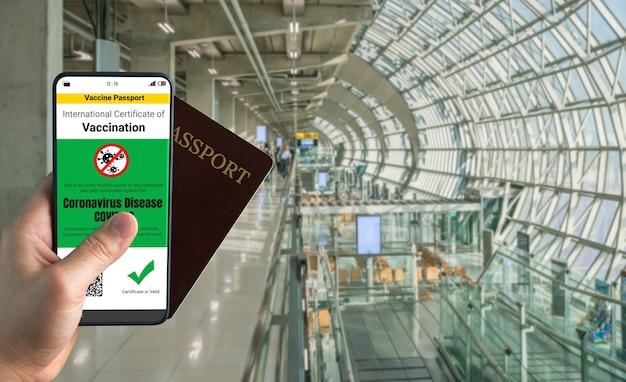 Podróżny posiada paszport ze szczepieniami potwierdzający status szczepienia covid 19