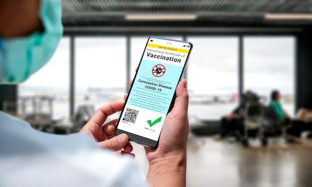 Podróżny posiada paszport ze szczepionką potwierdzający status szczepienia covid 19