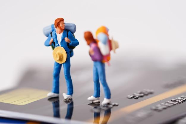 Podróżny z plecakiem stojącym na stosie karty kredytowej.
