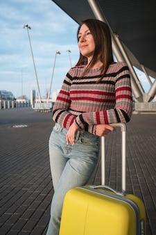 Podróżować. kobieta z walizką