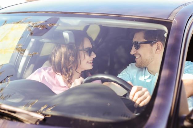 Podróżować. para podróżuje samochodem