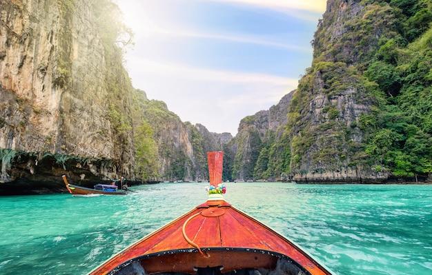 Podróżowanie łodzią z długim ogonem po fantastycznym turkusowym morzu lagunowym