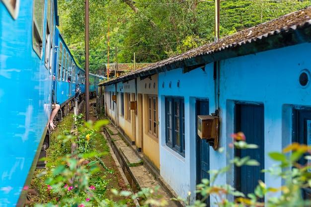 Podróżowanie pociągiem po wyspie sri lanka. budynki mieszkalne znajdują się blisko linii kolejowej. straszne warunki życia.