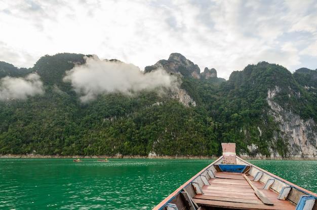 Podróżuj małymi łódkami rano w ratchaprapha dam, park narodowy khao sok, prowincja surat thani, tajlandia