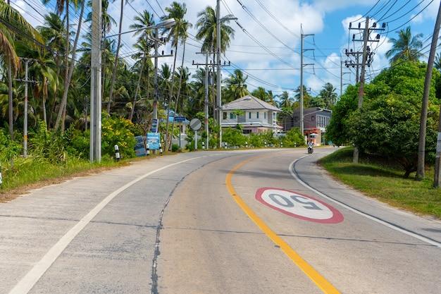 Podróżuj motocyklem po drogach tajlandii. sezon turystyczny w azji.