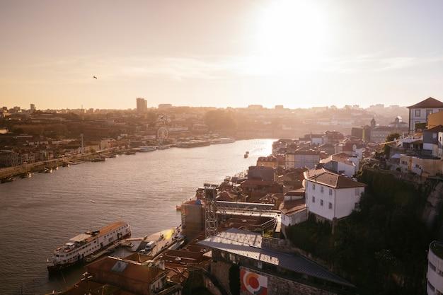 Podróżuj po europejskim stylu życia. złota godzina o zachodzie słońca.