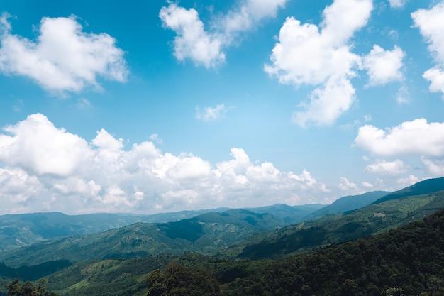 Podróżuj po górach i bezchmurnym niebie w ciągu dnia