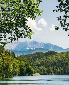 Podróżuj po górskim jeziorze na tle alp w bawarii